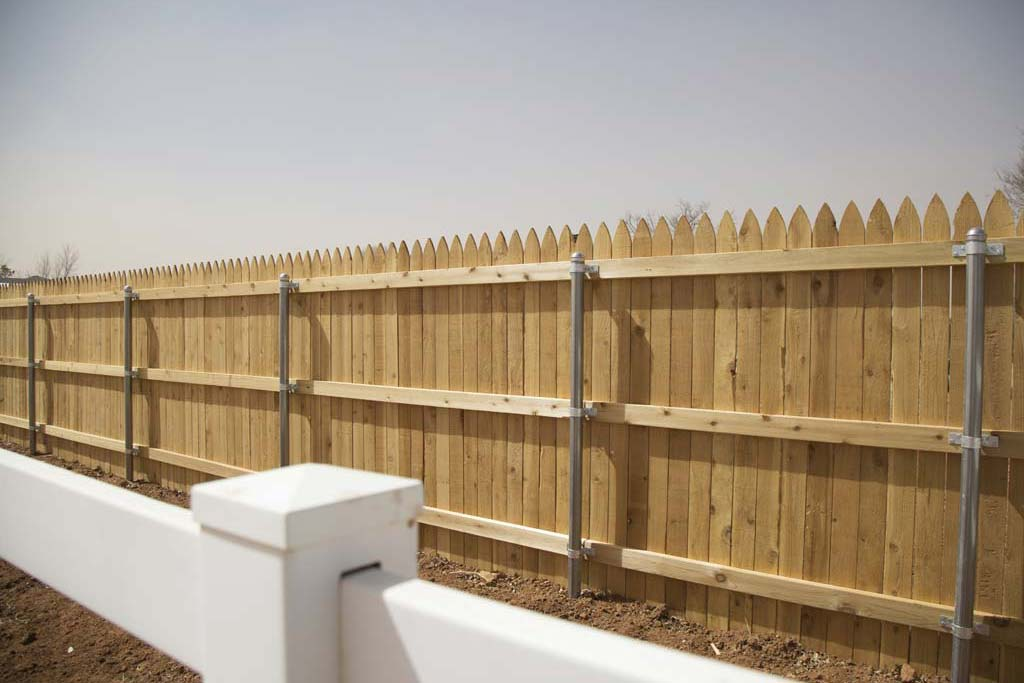 Gothic tip fence with heavy duty metal posts